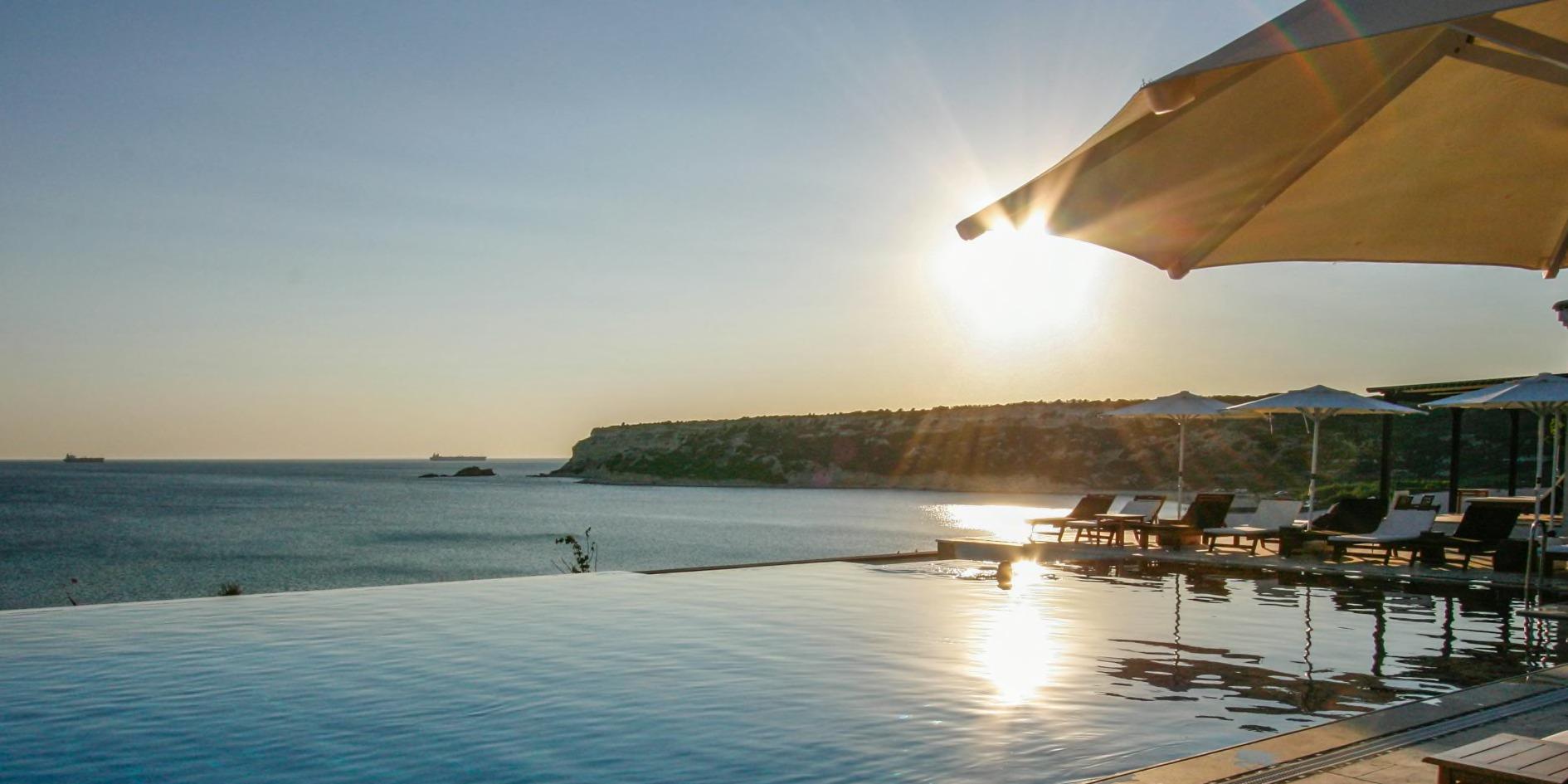Bozcaada Bertiz Otel'de güneşin batışı, gecenin açılış müziğine YOYO' layın!